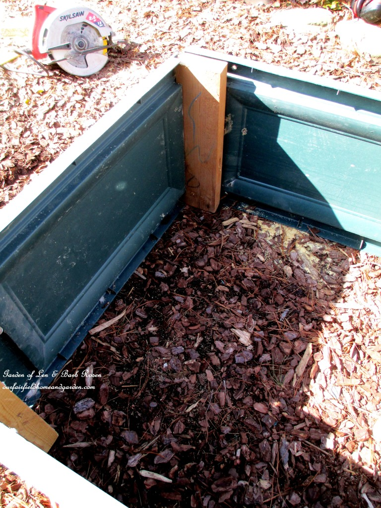 corner detail ~ interior view https://ourfairfieldhomeandgarden.com/diy-project-raised-beds-for-free/