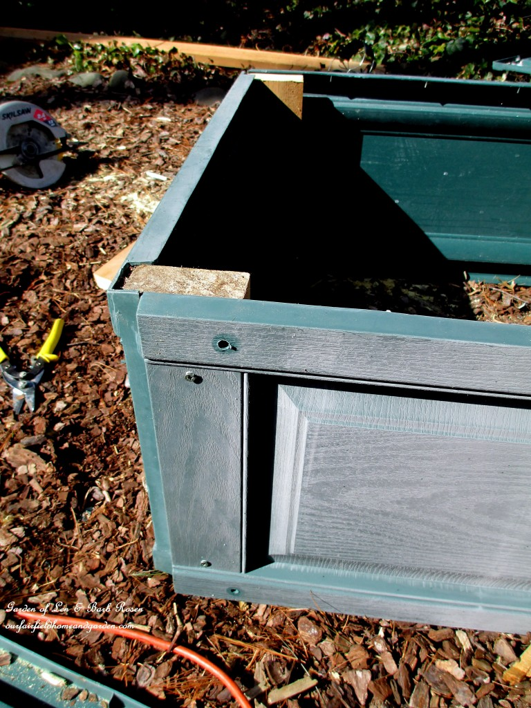 corner detail ~ exterior view https://ourfairfieldhomeandgarden.com/diy-project-raised-beds-for-free/