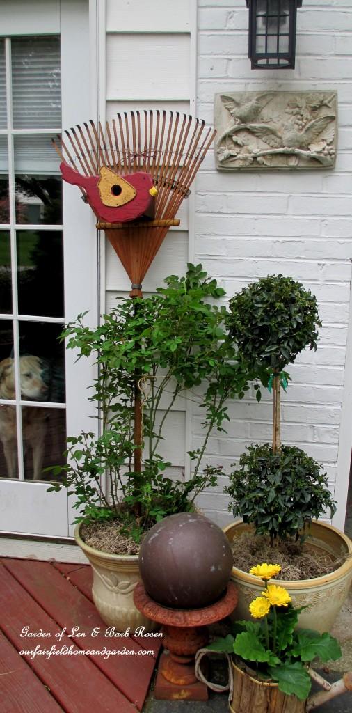 Rake decor http://ourfairfieldhomeandgarden.com/diy-project-repurposed-rakes/