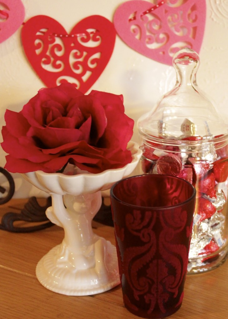 Valentine Decor http://www.newhousenewhomenewlife.com/2012/02/just-touch-of-valentine-decor.html