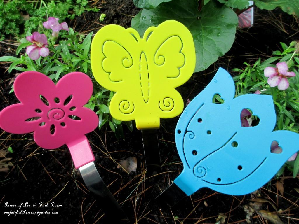 Dollar Store Spatula Garden Accents http://ourfairfieldhomeandgarden.com/kitschy-kitchen-garden-accents/