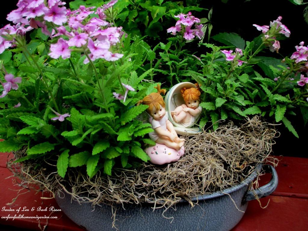 Roasting Pan Planter http://ourfairfieldhomeandgarden.com/kitschy-kitchen-garden-accents/