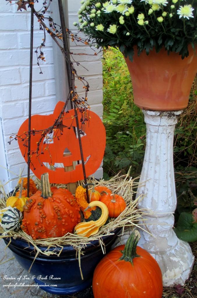 Halloween Planter https://ourfairfieldhomeandgarden.com/fall-outdoor-decor-our-fairfield-home-and-garden/