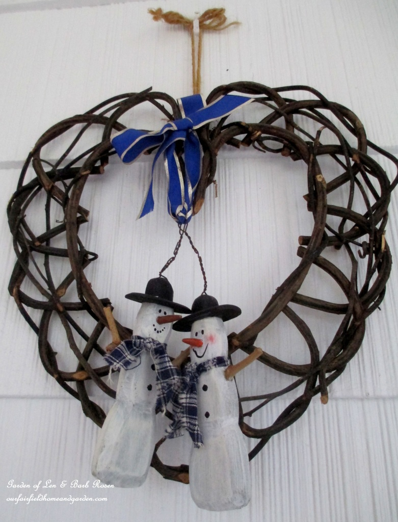 Snowman Wreath http://ourfairfieldhomeandgarden.com/rustic-watering-cans-windowboxes-more/