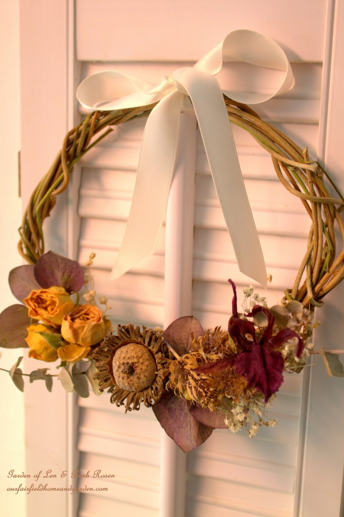 Naural wreath made of dried plant materials. https://ourfairfieldhomeandgarden.com/diy-spring-wreaths/