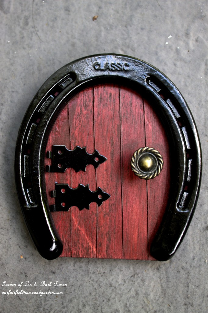 Horseshoe Fairy Door http://ourfairfieldhomeandgarden.com/diy-horseshoe-fairy-door/