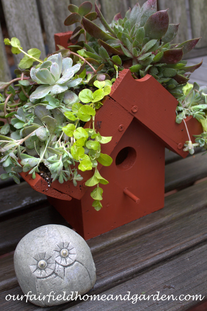 Green Roof Birdhouse https://ourfairfieldhomeandgarden.com/diy-easy-greenroof-birdhouses/