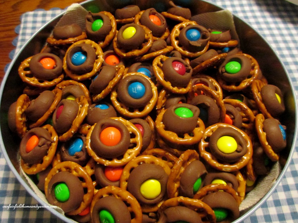 Hershey Kiss Treats http://ourfairfieldhomeandgarden.com/hershey-kiss-pretzel-treats/